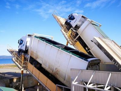 Trucks and trailers are hydraulically tipped for unloading chip for export, fast unloading and quick turnarounds.
