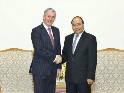 Prime Minister Nguyen Xuan Phuc (R) receives Minister of Agriculture, Biosecurity, Food Safety, and Rural Communities Damien O'Connor (Photo: VNA)